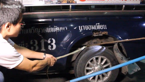 Xe chở khách du lịch dừng đột ngột vì trăn trốn dưới gầm